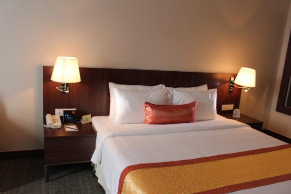 Bedside control bên trong phòng khách sạn Becamex